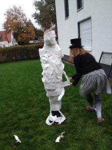 Mumienwickeln Halloween